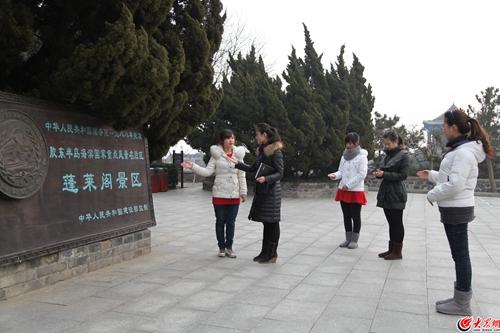 27岁的黄悦在蓬莱阁景区做导游已经7年了,25岁的王丽做了6年导游