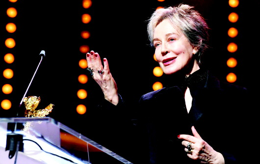 终身成就荣誉金熊奖颁给意大利著名电影服装设计师米莱娜·卡尼奥内罗