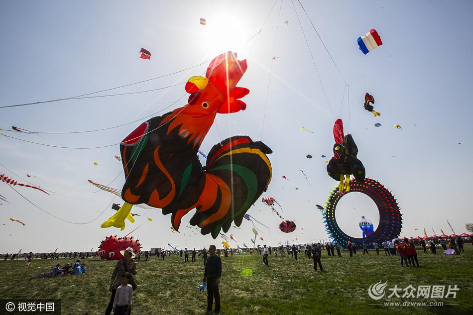 2017年4月15日,山东省潍坊市,第三十四届潍坊国际风筝会开幕.