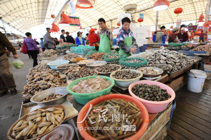 春鲅鱼抢滩青岛海鲜市场 销售火爆价格略上浮