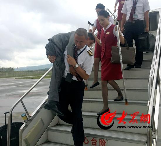 """把轮椅旅客背下飞机,为""""暖心机长""""点个赞"""