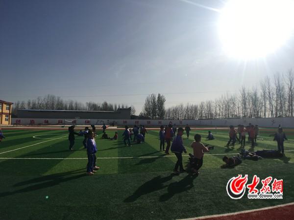新建的操场占地面积5000平方米,上体育课的学生们在操场上玩耍.
