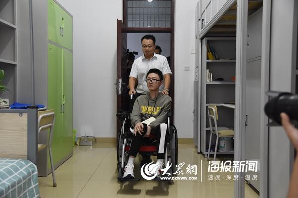 父亲背着上学6年的张连川考进了山大 学校为他爸安排了份工作可继续陪读