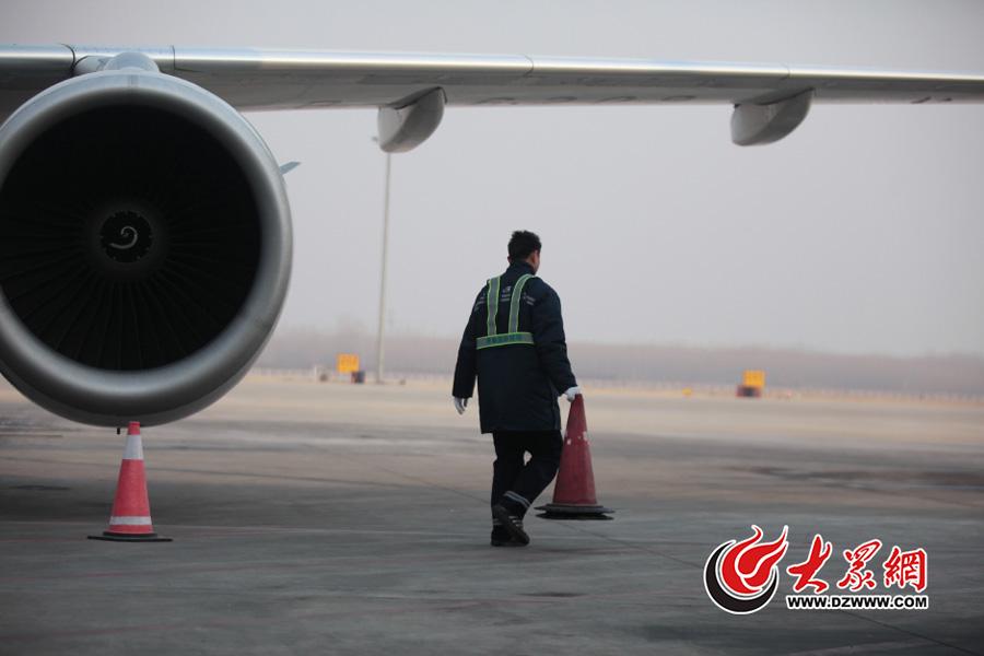 """济南机场特殊""""空少"""" 每天走四万步给飞机体检"""