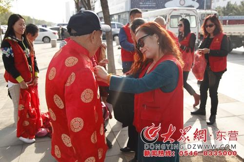 活动现场,身着红马甲的橄榄树志愿者成为一道靓丽的风景线