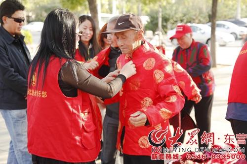 身着红马甲的橄榄树志愿者成为一道靓丽的