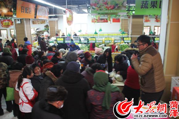 超市内排队购物内景一角,真是人山人海!
