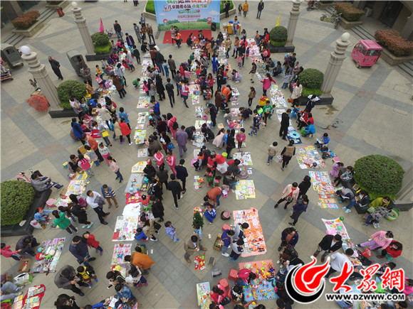 第六期儿童跳蚤市场热闹开张 百余名宝贝来中央公馆淘宝