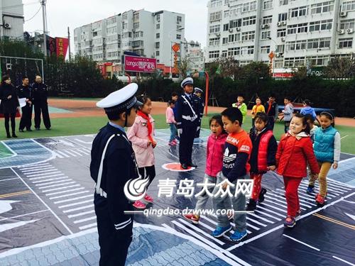 青岛小学生表演情景剧《过马路》 交通知识寓教于乐