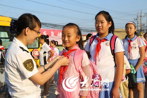 其中,崂山区枯桃小学由最初的221名乘车学生,增至300余名,张村河小学