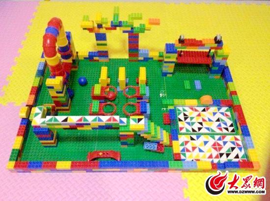 博佳机器人的小学员动手搭建的游乐场.