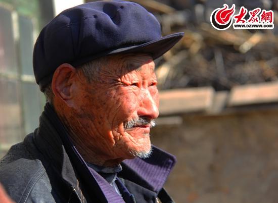 老人幸福的笑脸 厉夫昌摄