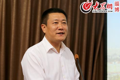 张店区旅游局局长黄立学向大家介绍了张店旅游的未来发展规划(孙剑 摄)