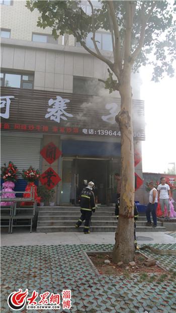 消防官兵到达现场时,附近已经被浓烟包围