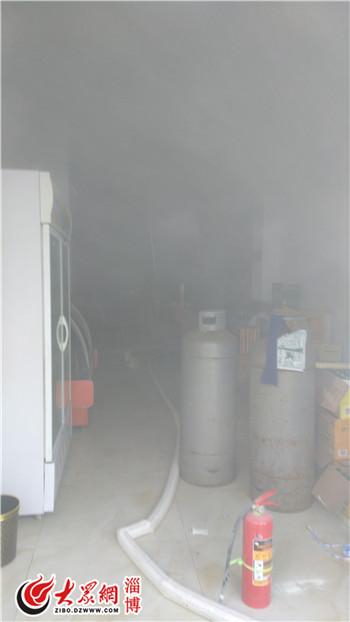店内存放了多个煤气罐