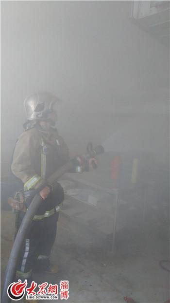 消防官兵分组对起火地点进行射水扑救