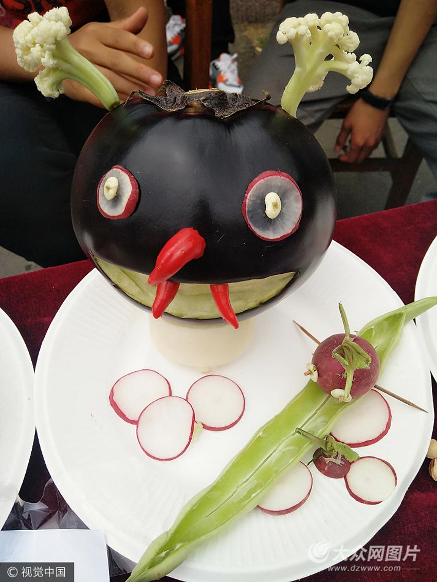 青岛:高校水果雕刻比赛引人驻足 创意作品萌翻网友