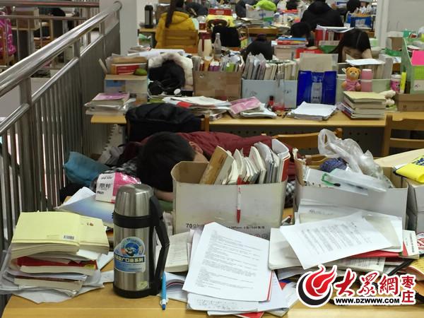 学生坐在桌子上简笔画