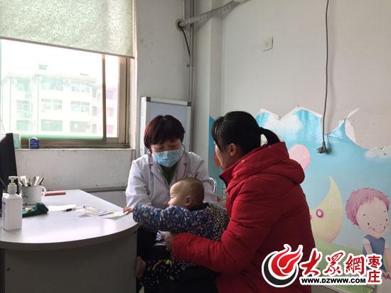 儿科专家正在给一位1岁多的儿童看病  医院输液室里挤满了输液的儿童   大众网枣庄1月4日讯(记者 孟令洋)近来天气寒冷,雾霾不断,不少市民发热感冒、咳嗽腹泻,尤其是抵抗能力较差的幼儿群体。4日,大众网记者走访市区内多家医院发现,各大医院的输液室内挤满了正在输液的儿童,就连过道里也挤了不少病患。自11月份以来,因为感冒、咳嗽前来的就诊的市民和孩子比平日了多了几倍,绝大部分是儿童的消化道、呼吸道疾病。枣庄市妇保院儿科专家门诊的孙笑茜医生告诉大众网记者。   感冒高发季致医院儿童扎堆   一上午190个患