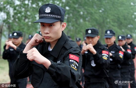 2016年04月20日,山东省枣庄市,司法警察在枣庄警校进行擒敌技能训练.