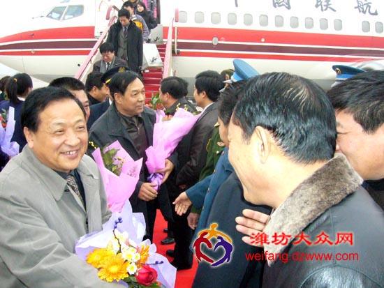 潍坊至北京B737首航成功启动   大众网潍坊12月26日讯 在潍坊机场内礼炮、乐声开始奏响,人们变得欢呼起来,随着震耳欲聋的引擎轰鸣声渐渐变弱,波音737 (即B737)首次班机在视野中顺利降落。波音737的顺利降落结束了潍坊机场近8年进京航班没有大机型的历史。潍坊机场正式开通潍坊至北京B737航班,这是潍坊机场继11月5日开通北京-潍坊-深圳B737货运航线之后的又一喜讯。   潍坊北京B737航班的开通,主要是为满足航线需求、满足广大旅客对乘坐大机型的迫切要求。此次投入该航线运营的波音737-70