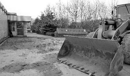 记者 王进军 本报滨州3月29日讯29日本报报道滨州一烈士陵园遭遇土堆封门以后,记者进一步采访了解到,土堆封堵烈士陵园大门的目的其实是要让陵园搬家。 29日上午,记者又进一步采访了滨州市民政局有关部门负责人。对方表示,土堆封门并不是像村民们所说的烟火影响环境这么简单,真正的目的是想让陵园搬家,把这块地腾出来做其他用途。 28日,高杜居委会一位负责人接受记者采访时曾表示,烈士陵园这块地从起始就是高杜居委会(过去叫村委会)所有。为了证明自己所说的,他还拿出了1996年与当时的滨州地区民政局签署的一份合同