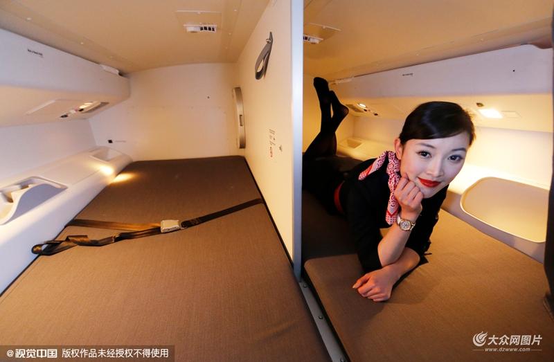 青岛实拍777豪华飞机 空姐靓美可爱头等舱座椅可当床