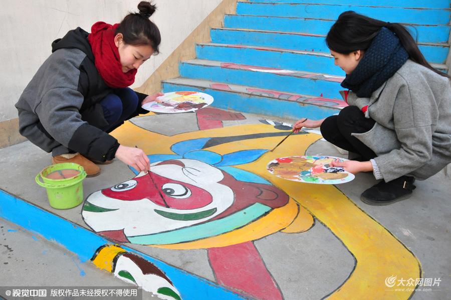 聊城大学生巧手绘壁画 小广告变身艺术作品