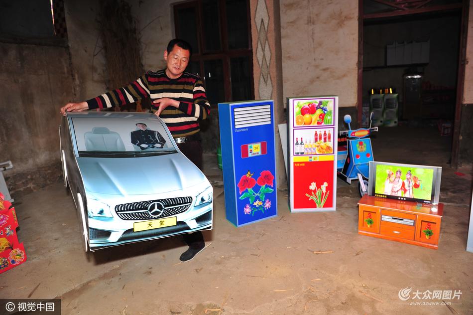 大众网4月4日讯 3月31日,山东省日照市长岭镇田家村,一白事超市内摆放的直升飞机、汽车等各类新潮祭品。据该店老板,纸扎匠张文山介绍,他从事这个行业已有十几年的光景。他的老家夏庄镇张家庄有从事白事行业的传统,从2005年开始,他从本家叔叔那里学习纸扎手艺,当时一般都是传统的摇钱树、集宝盆、元宝、纸马等祭品,原材料为苇子杆和彩纸,都是自己设计制作。从2008年开始,随着现代化印刷业的发展,这个行业也得到了前所未有的改进。在工艺上,祭品都是印刷半成品,他批发回来后,经过折叠、裁剪、粘贴等工序,就会完成
