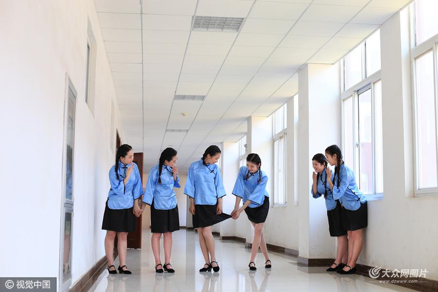 日照:大学生拍特色毕业照告别青春图片