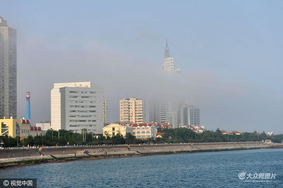 2016年5月29日,青岛湾八大峡一带海边出现平流雾, 在落日余晖的映衬下