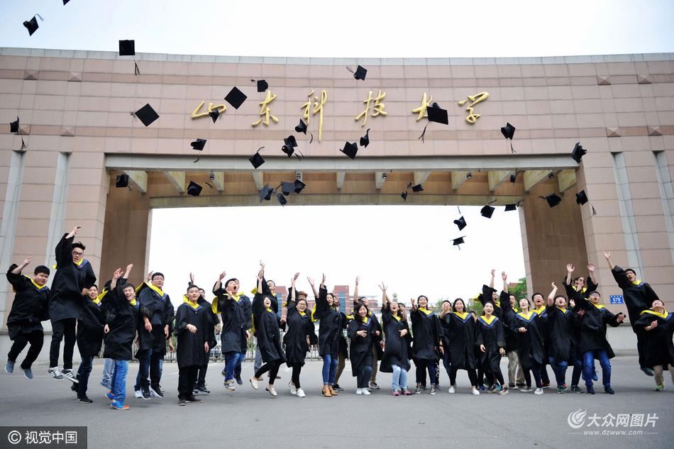 大学生拍个性毕业照记录青春时光
