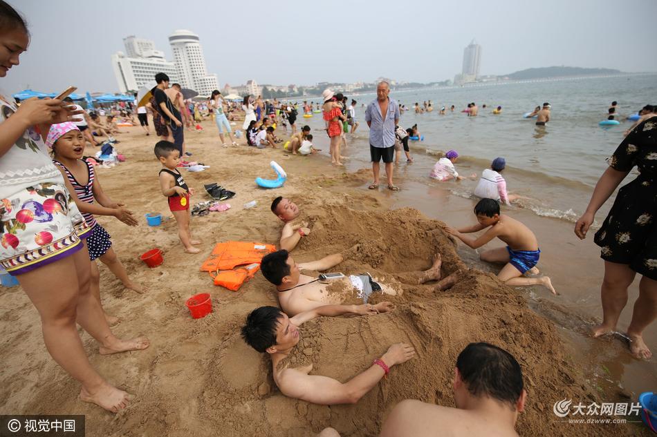 青岛高温来袭 海水浴场消暑忙
