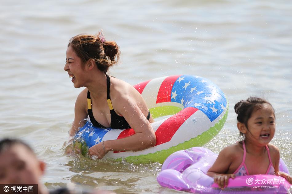 众美女穿着比基尼等各式泳装清凉上阵火辣吸睛,成为海滩上一道美丽