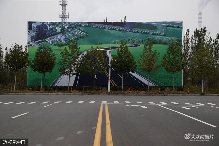 2016年11月6日,山东滨州,一条公路尽头竖立的3d街景画.
