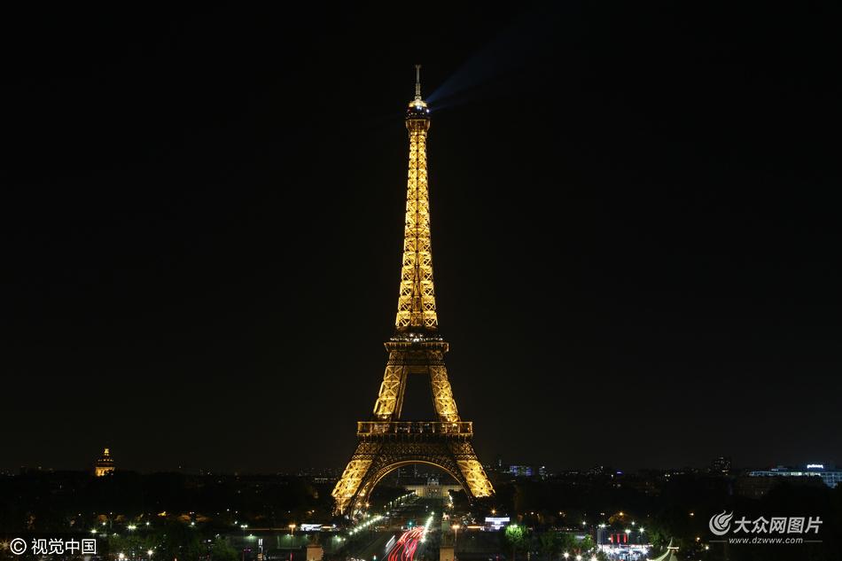 """市民在""""埃菲尔铁塔""""前拍照"""