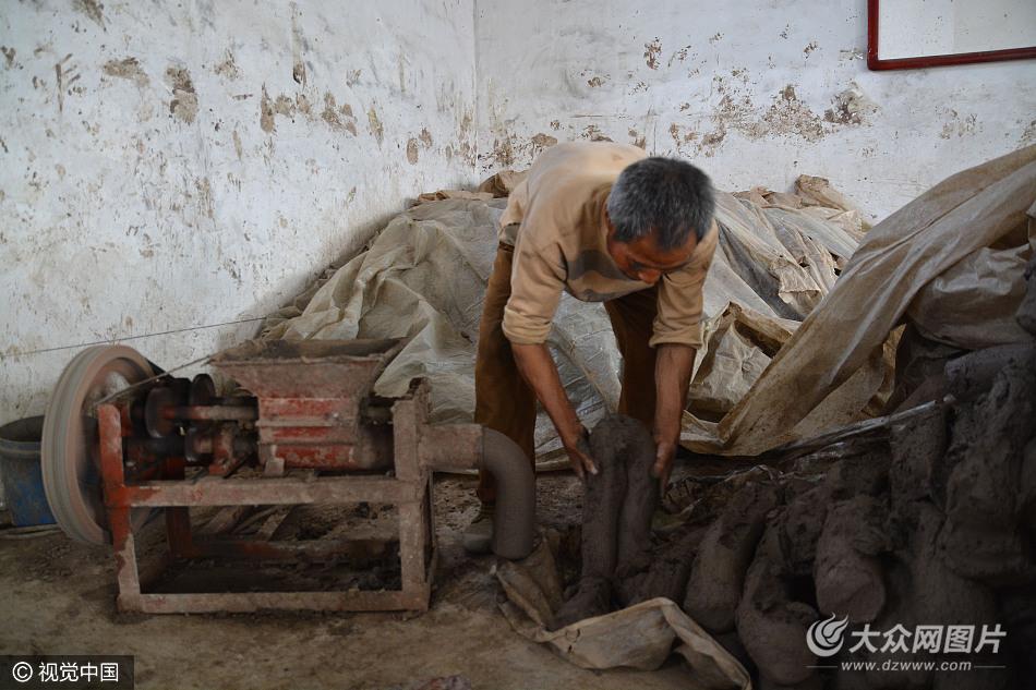 黑陶制作艺人蔡全宝正在用搅泥机搅泥。   2016年,黑陶艺人刘德连创作的蛋壳黑陶杯,因造型小巧、外表漆黑黝亮、陶胎薄如蛋壳而一举成名,获得当地政组织评选的民间工艺品二等奖。蔡世连介绍,制陶的工序非常复杂,制陶技术更是难学,现在只有六七十岁左右的老艺人还会这门手艺。这些年,因为金属和塑料制品的出现,发展迅猛,又加上产品耐用、价格适中,所以迅速的取代了传统的黑陶器具。   蔡世连说,作为一种传统文化,黑陶制品现在的艺术价值远远大于实用价值。