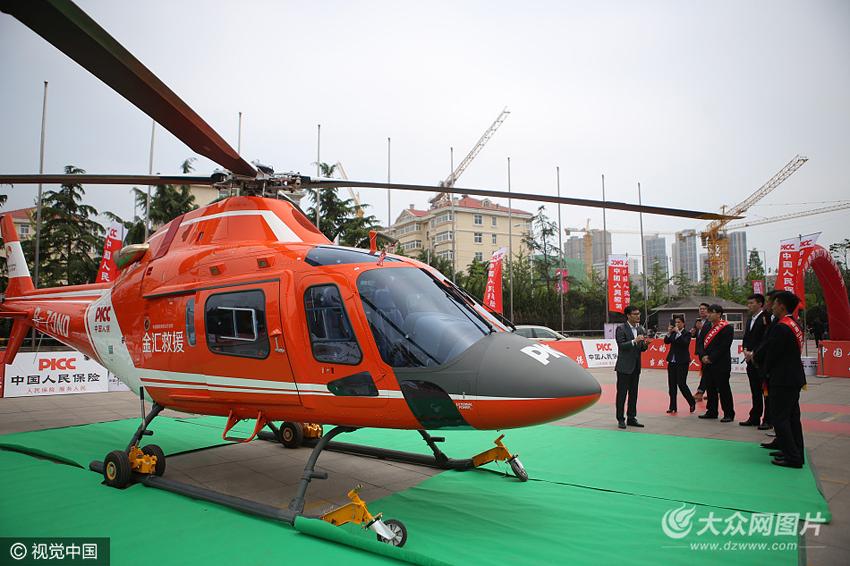 5月10日,青岛市,一架救援直升机亮相2017青岛车展现场引发关注.