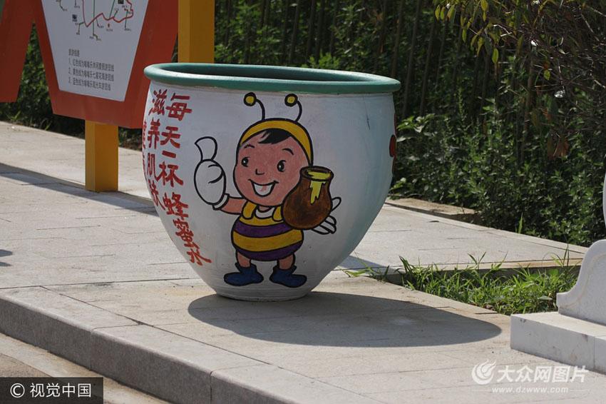 日照:农场乐园现新型垃圾缸 卡通图画可爱呆萌 (/5)