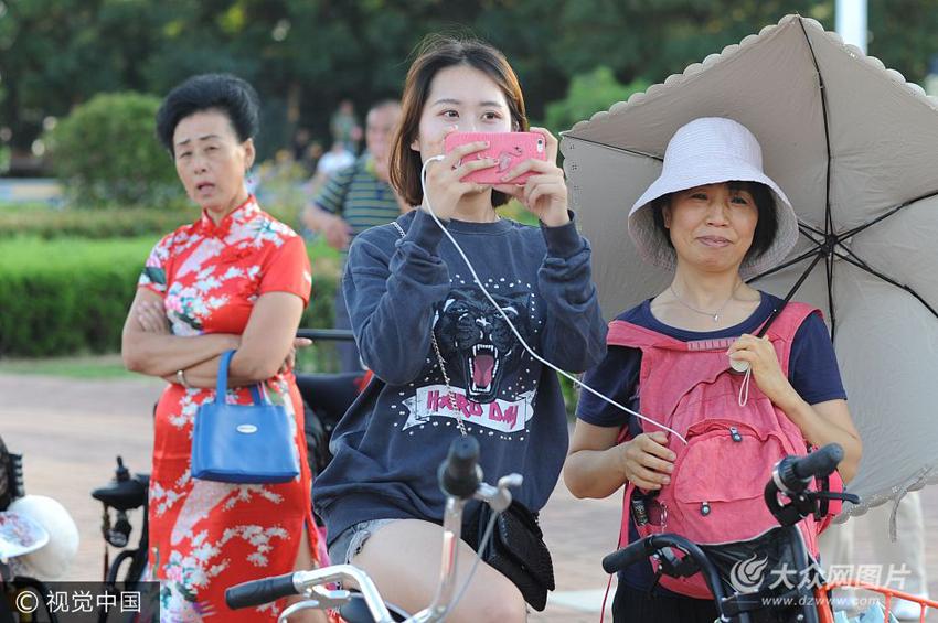"""8月24日,市民在青岛市八大峡广场欣赏""""百姓时尚秀""""节目展演."""