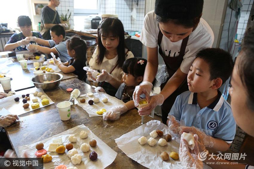 大学附属小学一年级六班的孩子们,与父母一同体验制作手工冰皮月饼,感