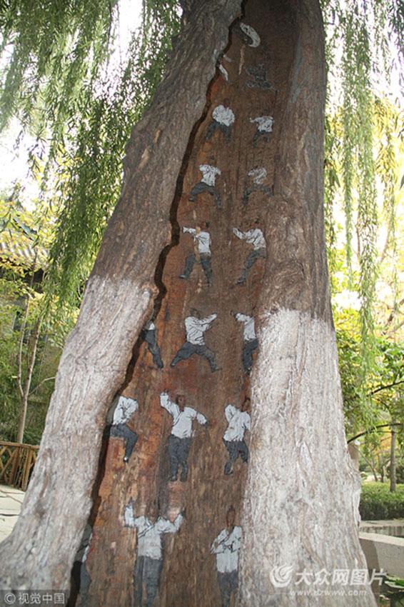"""济南大明湖景区内,一棵大树树洞里藏""""武林秘籍"""",描绘的人物惟妙惟肖.图片"""