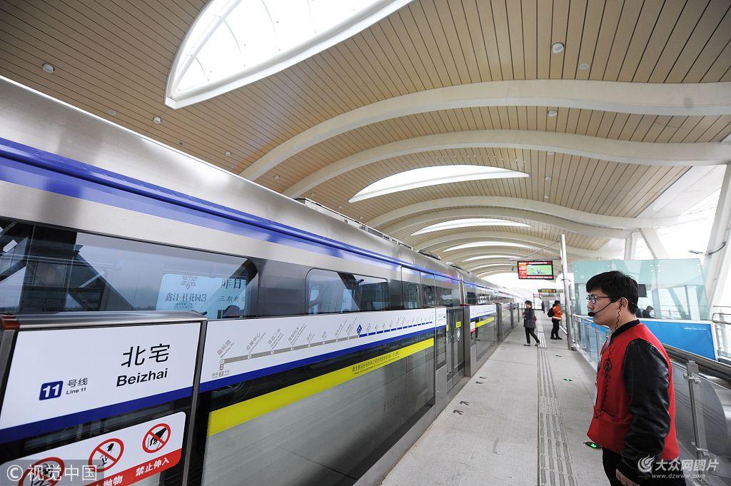 """2018年4月23日上午,被誉为""""青岛最美地铁线""""的青岛地铁11号线正式"""