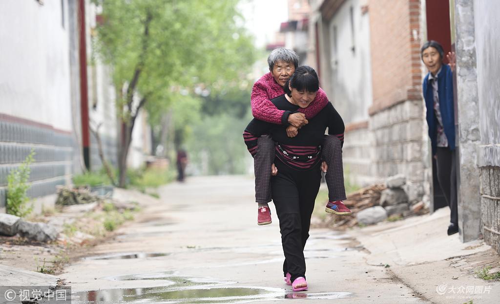 滨州:母亲两腿行走困难 女儿背着母亲看风景