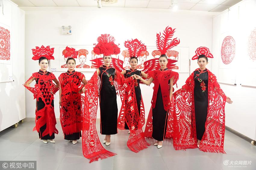 聊城:旗袍走秀凤冠霞帔让剪纸作品走上表演台