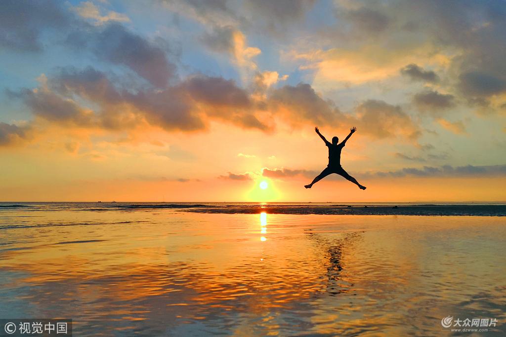 2018年7月16日,山东烟台海滨,小朋友在海中戏水。图片作者:唐克/视觉中国   山东烟台地处山东半岛东部,位于北纬37度这个被史学家、地理学家称为神奇的纬度线上,拥有230个近海岛屿和7个天然海湾,1038公里的黄金海岸线将山海紧紧相连,风光优美,气候宜人,是我国北方著名的旅游城市和避暑胜地。