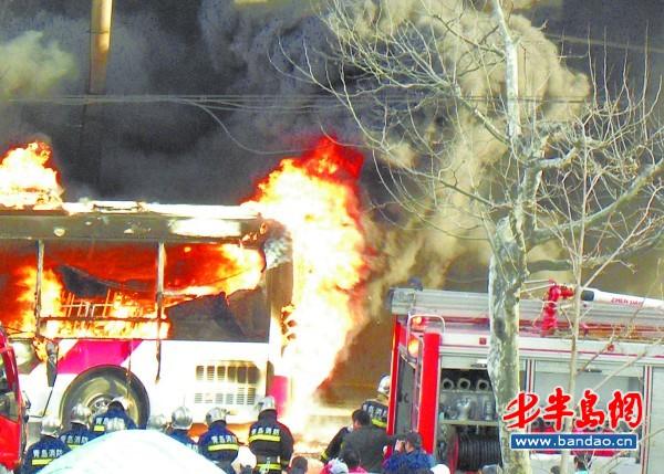 18日晨 ,江西路上一辆220路公交车自燃,四五分钟内大火吞噬了整个车体。  经过消防队员的紧急扑救,火势得到控制。  公交车被严重烧毁。   半岛都市报4月18日讯(记者 景毅) 18日晨6时55分许,一辆沿江西路东向西行驶的220路公交车,在行驶到接近延安三路路口时,尾部突然冒起浓烟。公交车驾驶员紧急疏散车上30余名乘客 ,并拨打119报警,此时公交车的后半部分已经被大火吞噬。驾驶员手持灭火器对起火点灭火,无奈火势迅猛,两个灭火器全部喷完仍没有控制火势 。5辆消防车赶到后紧急展开扑救,几分钟后明火被