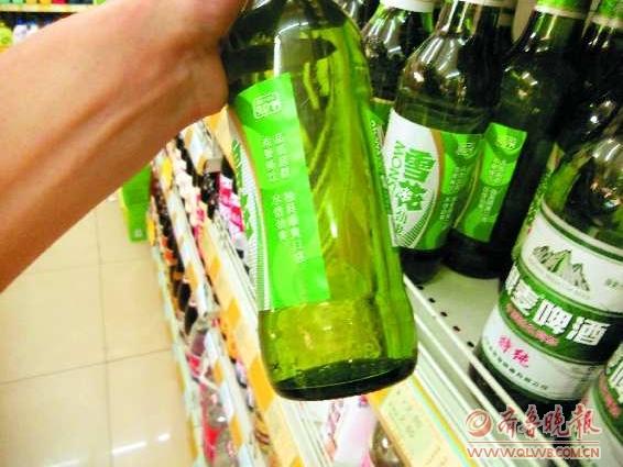某超市内的这瓶啤酒,使用的2008年生产的啤酒瓶.图片