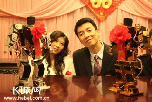 新郎、新娘和机器人伴郎伴娘 本网记者 李梦楠 摄影-新婚夫妇用机器图片