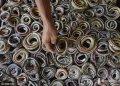 当地时间2016年2月15日,印尼Cirebon,屠蛇小作坊散落在爪哇西部和中部,印尼每天处理数百条蛇用于制衣业,生产手提包、鞋子和其他时尚配饰。